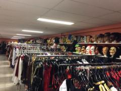 Zaak in verhuur en verkoop van kostuums, verkleedkledij, theater, pruiken over te nemen in centrum van Wallonie Locatie niet gespecificeerd n°1