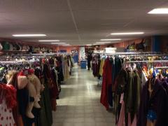 Zaak in verhuur en verkoop van kostuums, verkleedkledij, theater, pruiken over te nemen in centrum van Wallonie Locatie niet gespecificeerd n°2