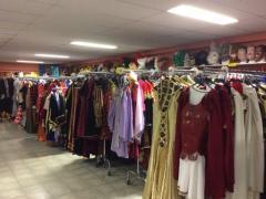 Zaak in verhuur en verkoop van kostuums, verkleedkledij, theater, pruiken over te nemen in centrum van Wallonie Locatie niet gespecificeerd n°4